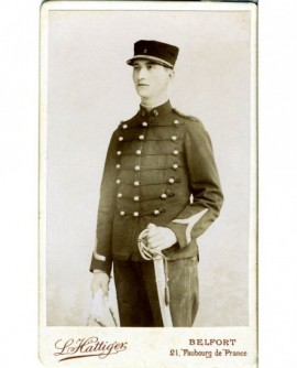 Militaire (caporal du 9è) debout en képi, sabre à la main