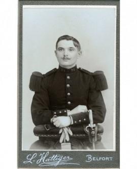Militaire du 35è assis, gants à la main, baïonnette