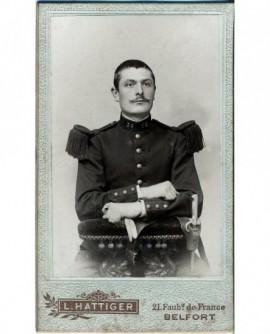 Militaire moustachu du 35è assis, gants à la main