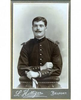 Militaire (caporal) moustachu du 8è assis, gants à la main