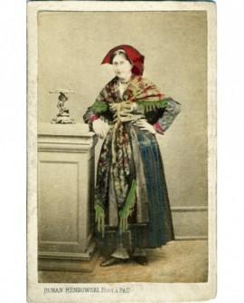 Jeune femme debout en costume béarnais traditionnel (photo peinte)