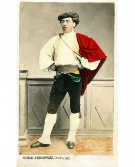 Berger landais debout en costume traditionnel
