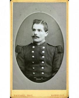 Portrait en médaillon d'un militaire moustachu