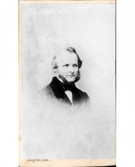 Portrait d'un homme à favoris et cheveux bouclés
