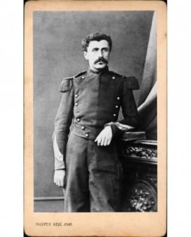 Militaire moustachu (caporal-chef), accoudé sur un meuble