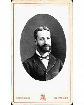 Portrait en médaillon d'un homme barbu