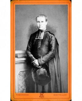 Ecclésiastique en rabat, cape sur les épaules, chapeau à la main
