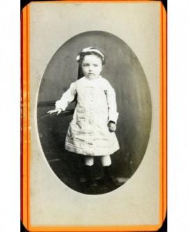 Fillette en robe posant debout (Valérie Armand)