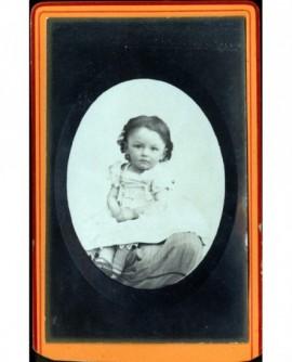 Jeune garçon en robe assis (Jean Armand)