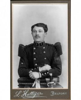 Militaire moustachu du 5è RI accoudé, gants à la main