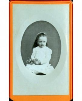 Fillette tenant un bouquet (Marguerite Armand)