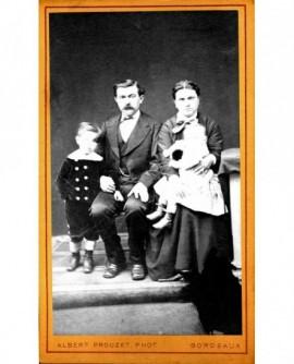 Famille assise avec un enfant et un bébé