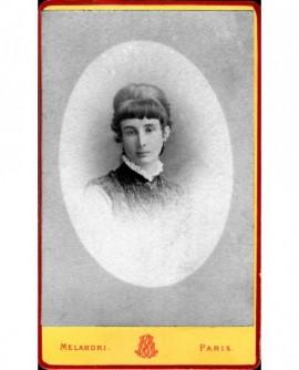 Portrait en médaillon de jeune femme