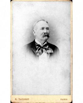 Portrait d'homme à impériale avec lavallière à pois.