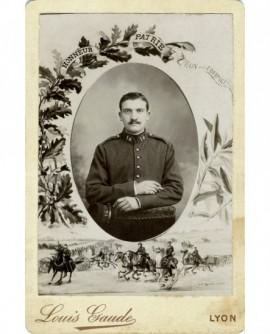 """Portrait d'un militaire (artilleur) assis, tête nue, décor de palme avec """"Honneur et Patrie"""""""