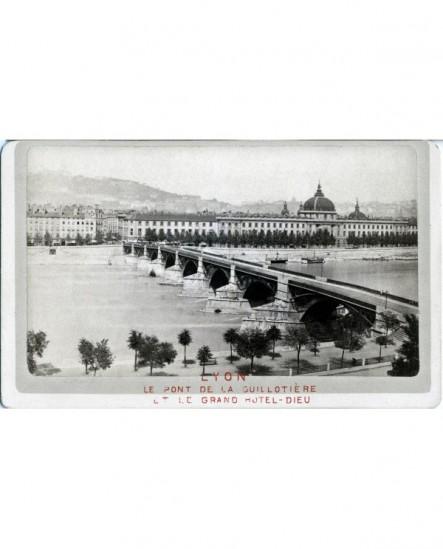 Lyon vu de rive gauche: Pont Guillotiére et Grand Hôtel Dieu