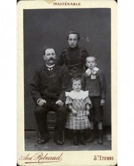 Portrait de famille (père, mère et enfants)