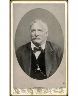 Homme âgé à mouche et moustache