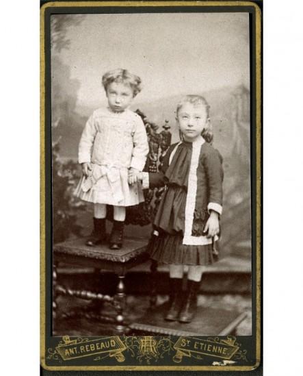 Deux fillettes se donnant la main