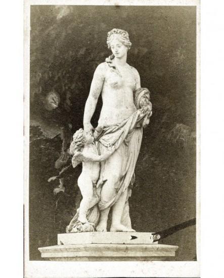 Statue de Diane dénudée tenant la main d'un amour