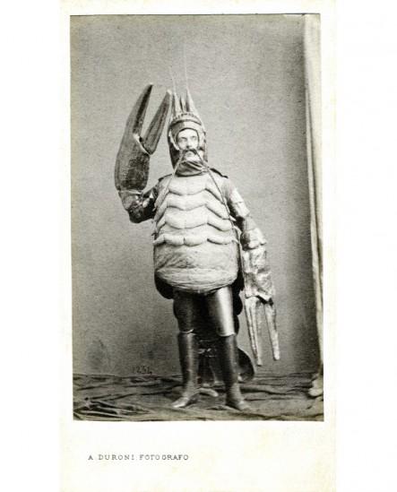 Homme déguisé en langoustine ( costume de bal masqué)
