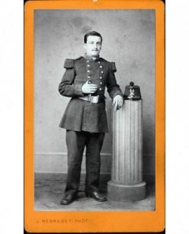 Militaire du 29è debout appuyé sur une colonne