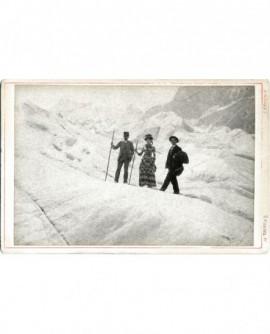 Deux hommes et une femme sur un glacier (portant de grandes cannes)