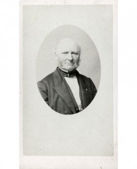 Portrait d'un homme chauve à favoris