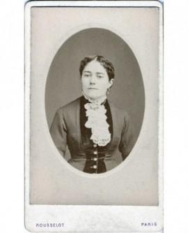 Portrait en médaillon d'une femme au jabot de dentelle