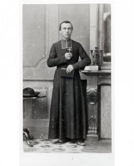 Ecclésiastique tenant crucifix et bréviaire