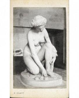 Statue: Atalante se baissant pour ramasser les trois pommes d\'or