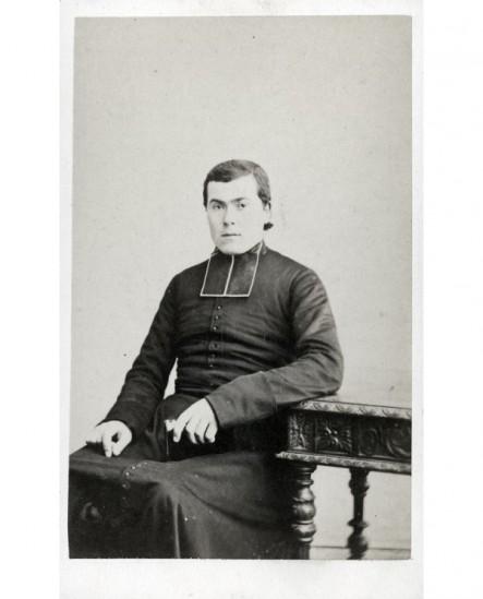 Ecclésiastique assis bréviaire en main