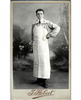 Jeune apprenti boucher debout