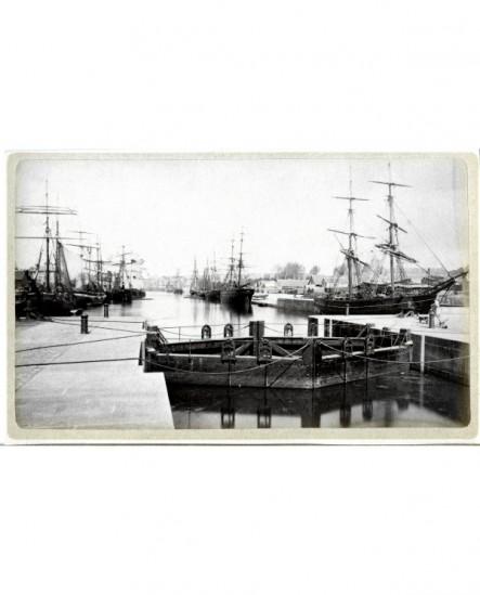 Vue de bateaux à voile dans le port de Caen (écluse au premier plan)