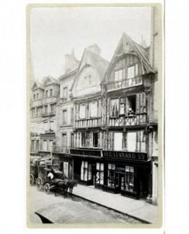 Vue de maisons à pans de bois à Caen, avec diligence à l'arrêt
