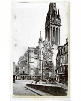Vue de la façade de l'église Saint Pierre à Caen, avec une diligence en premier plan