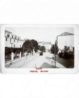 Vue de l'hôpital militaire à Vichy, avec fiacres arrêtés devant