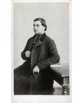 Ecclésiastique posant assis