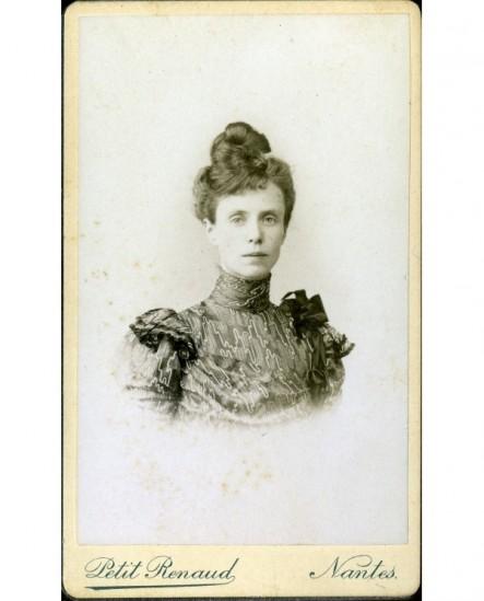 Portrait d'une femme au chignon