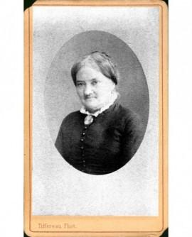 Portrait en médaillon de femme au col de dentelle
