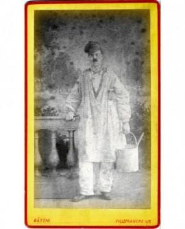 Ouvrier peintre en blouse et casquette, son seau à la main