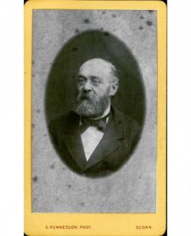 Portrait d'un homme chauve barbu