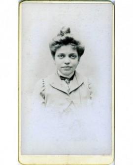 Portrait d'une femme en cheveux, cravatée