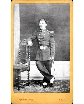 Militaire du 22è RI debout, tête nue, appuyé sur une chaise