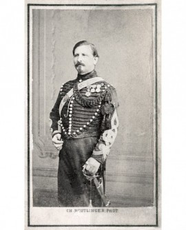 Militaire, lieutenant ou capitaine de dragons, appuyé sur son sabre