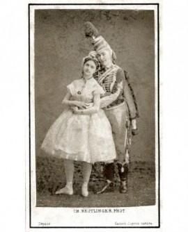 Un homme et une femme en costume de scène