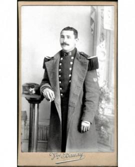 Militaire moustachu du 3è chasseurs debout, tête nue accoudé, une cigarette à la main