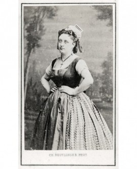 Femme debout en costume de scène, Zulma Bouffard