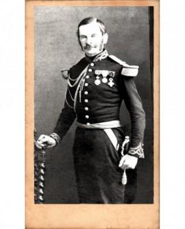 Militaire moustachu (général) décoré, monocle à l'oeil droit