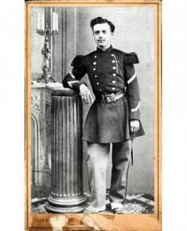 Militaire (caporal) accoudé à une colonne (Pierre Piétri)